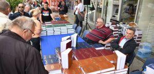 Srpski radikali podelili preko 2.500 knjiga u Novom Sadu Novosađani sa oduševljenjem dočekali Vojislava Šešelja