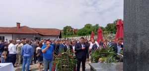 Српски радикали се поклонили српским жртвама у Братунцу