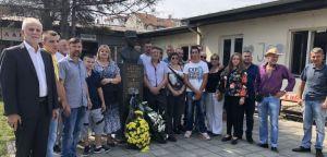 Српски радикали положили венац  на споменик потпуковнику Веселину Мисити у Лозници