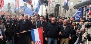 Шешељ псовао хрватску делегацију и изгазио хрватску заставу