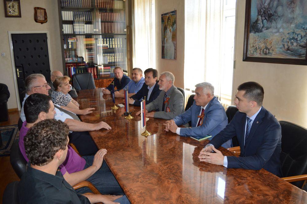 Руска делегација посетила др Шешеља у седишту Српске радикалне странке!